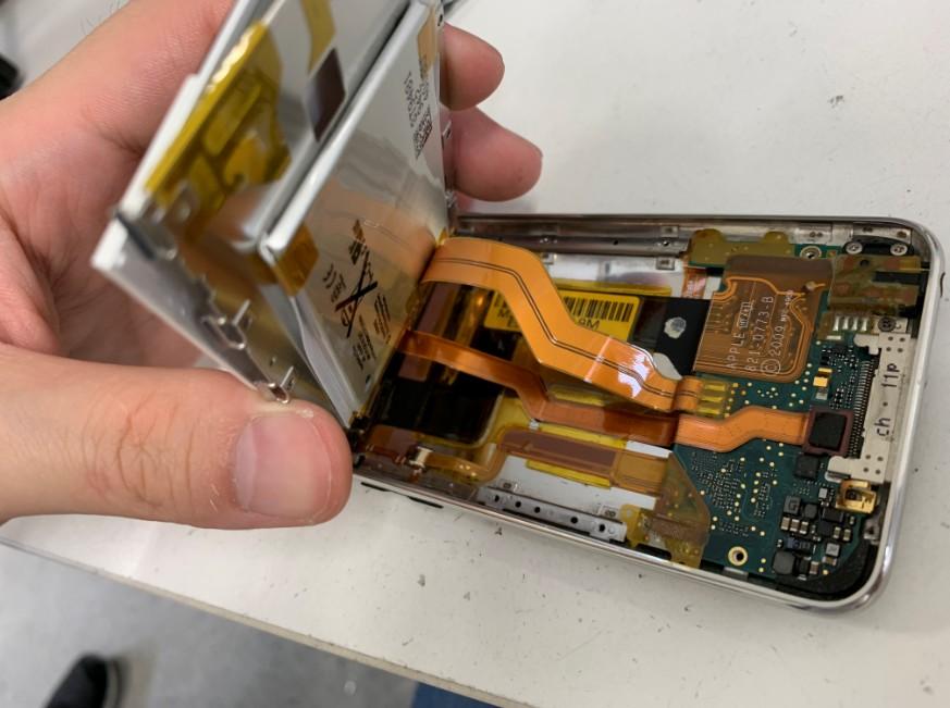 銀のプレートの裏にバッテリーが張り付いているiPod touch第3世代