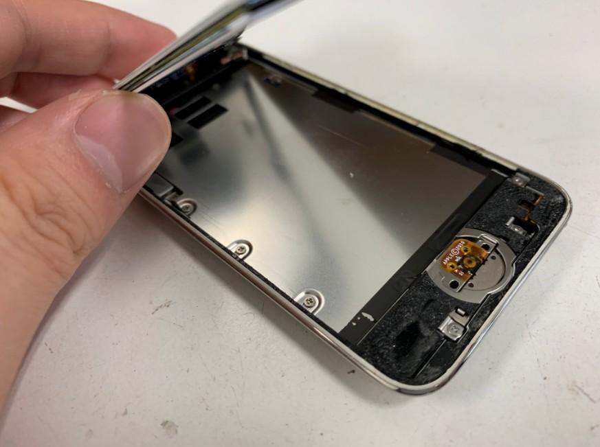 画面を開いて分解修理中のiPod Touch 第4世代