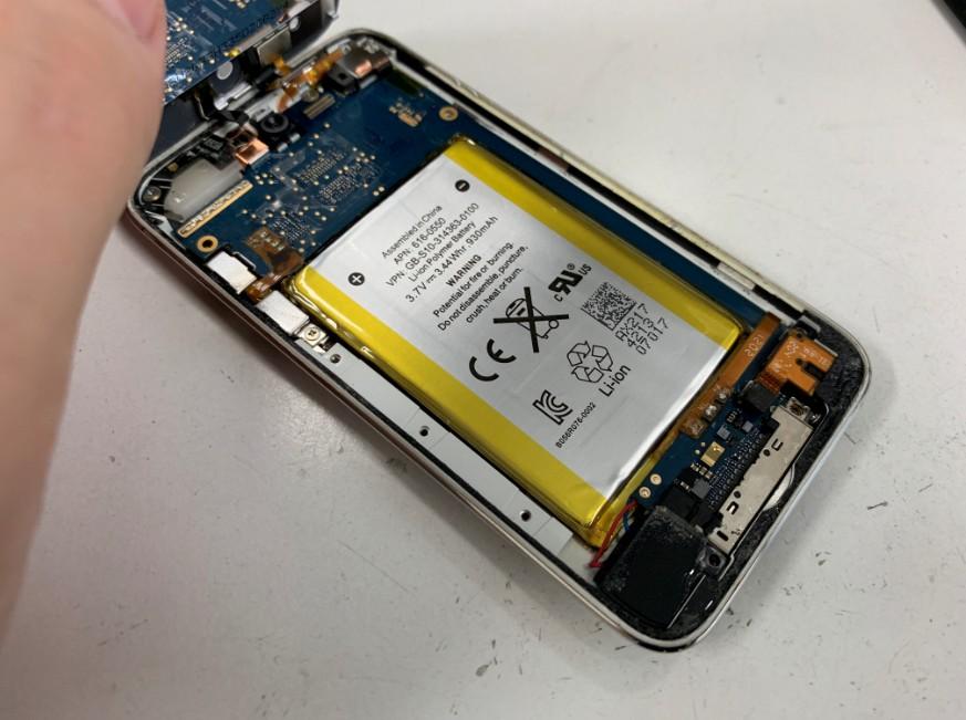 内蔵バッテリーを取り出して新品に交換したiPod Touch 第4世代