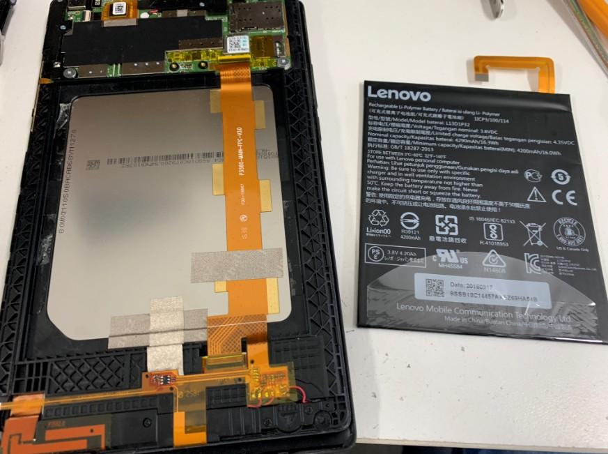古いバッテリーを取り出したLenovo Tab3