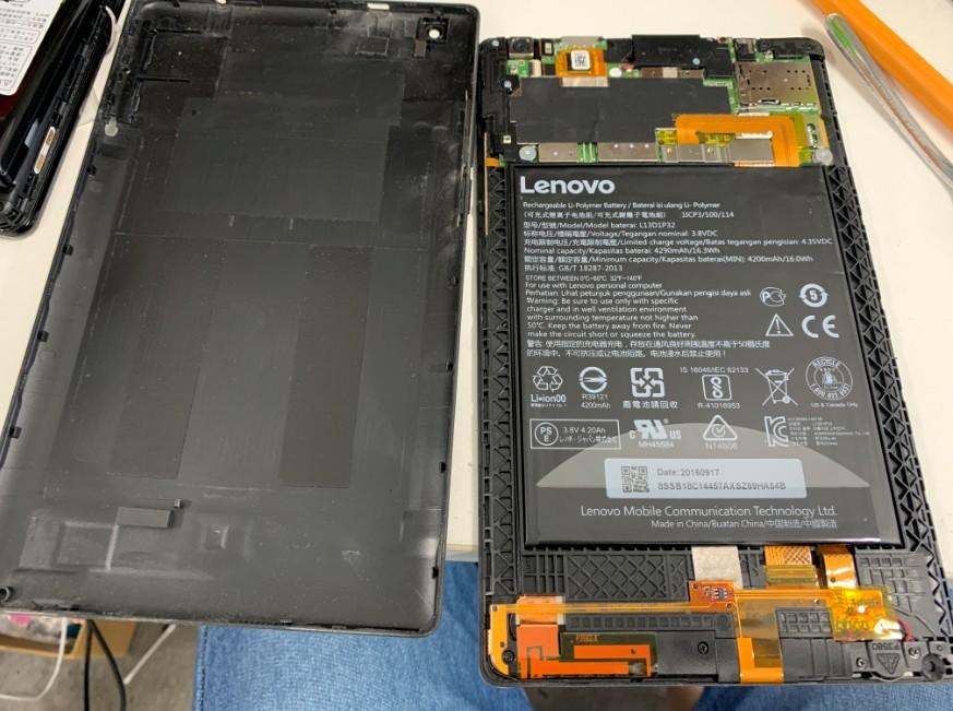 分解してバッテリー除去中のLenovo Tab3