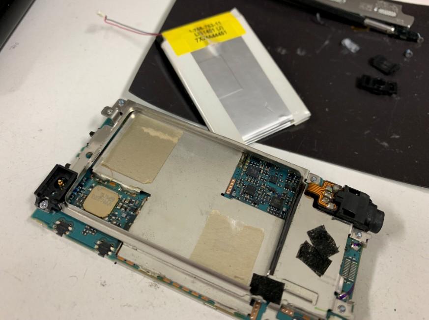 本体からバッテリーを取り出したNW-A918