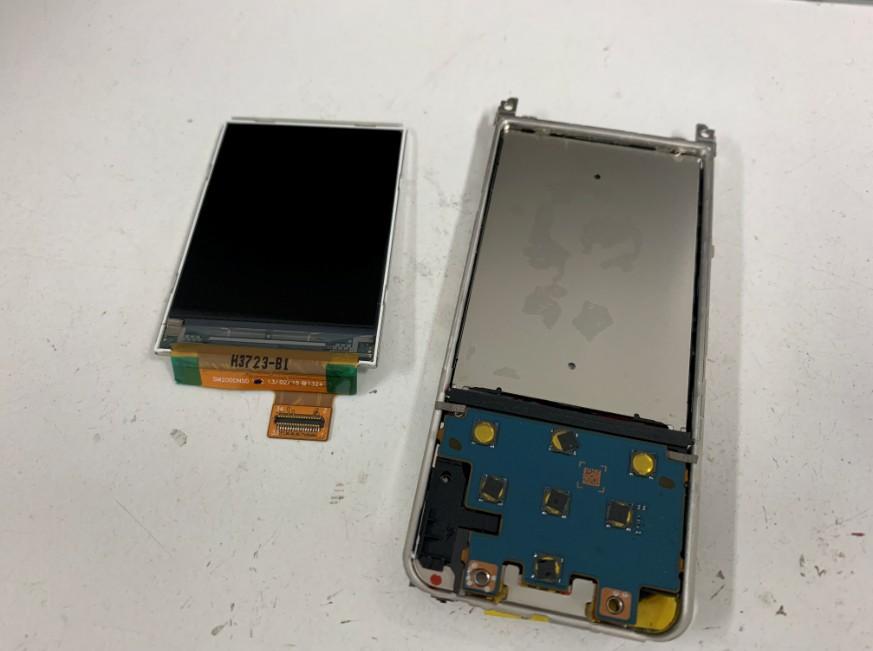 本体から古い液晶画面を取り出したNW-E083
