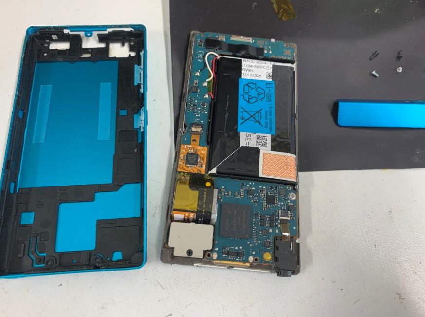 分解して内蔵バッテリー交換作業途中のNW-F806