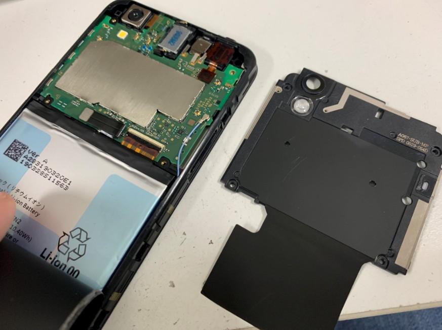 プラスチックパーツを外したAndroid One S3
