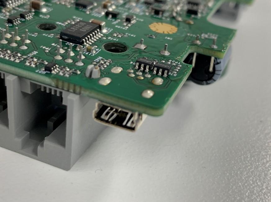 miniUSBをはんだで剥がしている最中のレゴ マインドストーム EV3