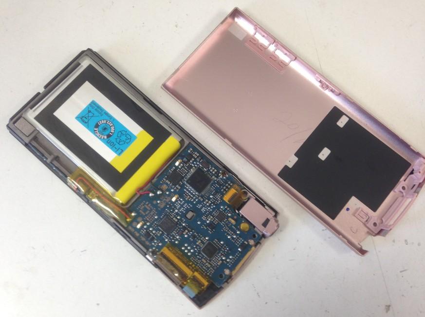 分解して電池パック交換途中のウォークマン NW-S745