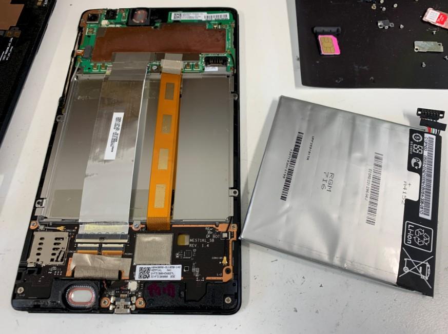 本体からバッテリーを剥がしたNexus7(2013年モデル)