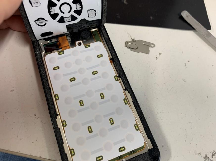 文字盤を剥がしてケーブルを固定している銀のプレートを剥がしたPanasonic P-01G