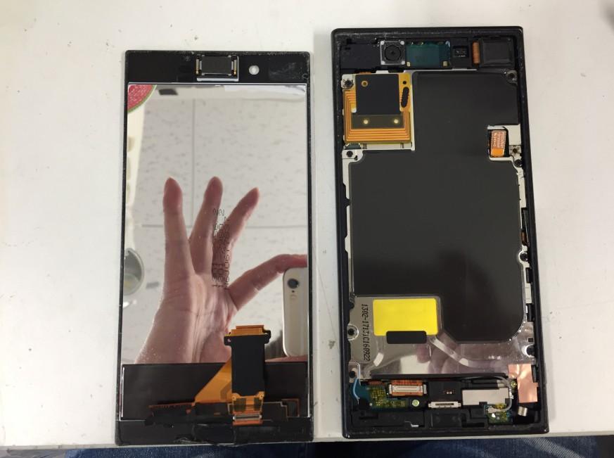 液晶画面を剥がしたXperia XZ