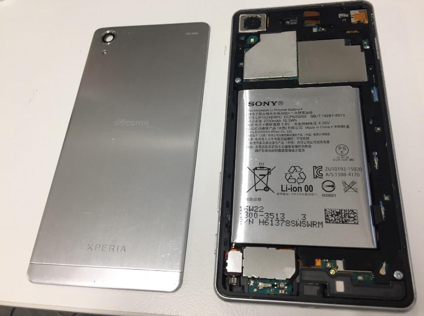分解してバッテリー交換修理途中のエクスペリアXパフォーマンス