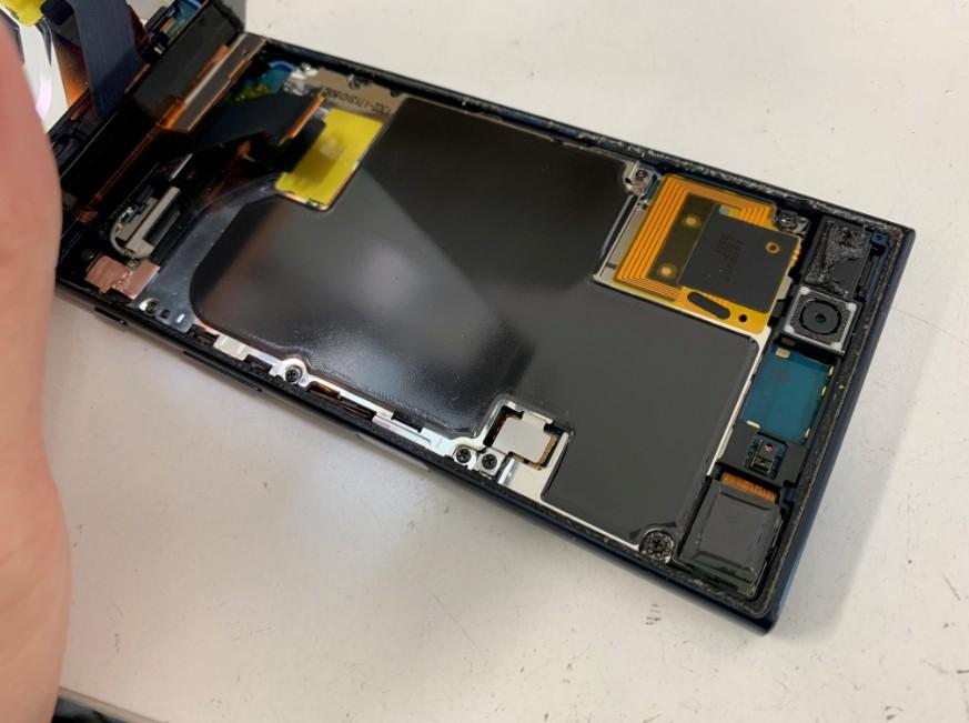 画面下の銀板が確認出来るXperia XZ