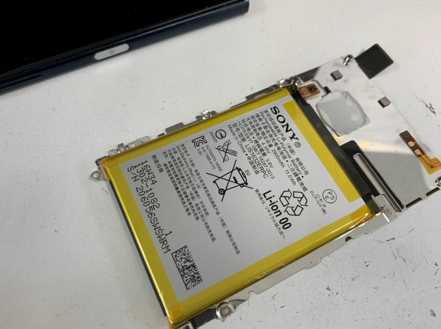 銀板に上にバッテリーが固定されている