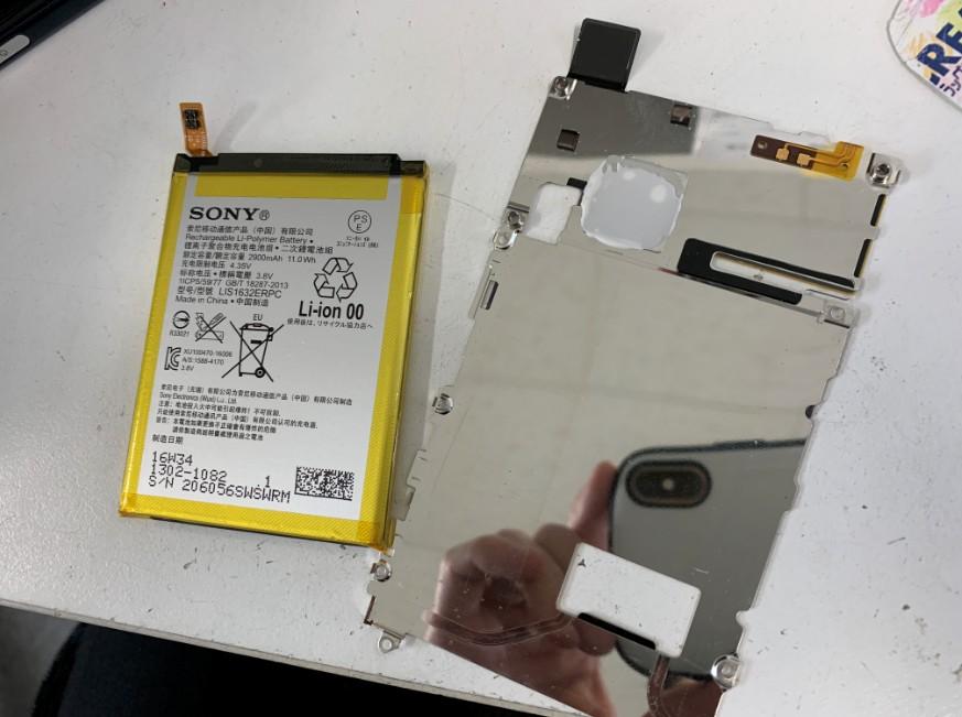 バッテリーを銀板から剥がしたXperia XZ