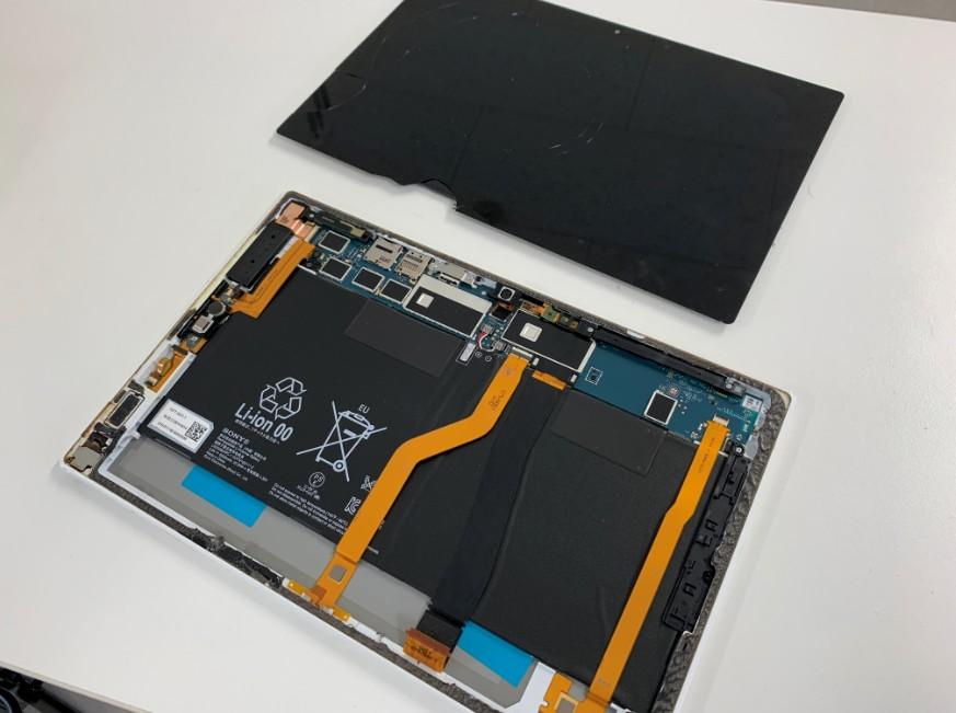 液晶画面を本体から剥がしたXperia Z2 Tablet(SO-05F)