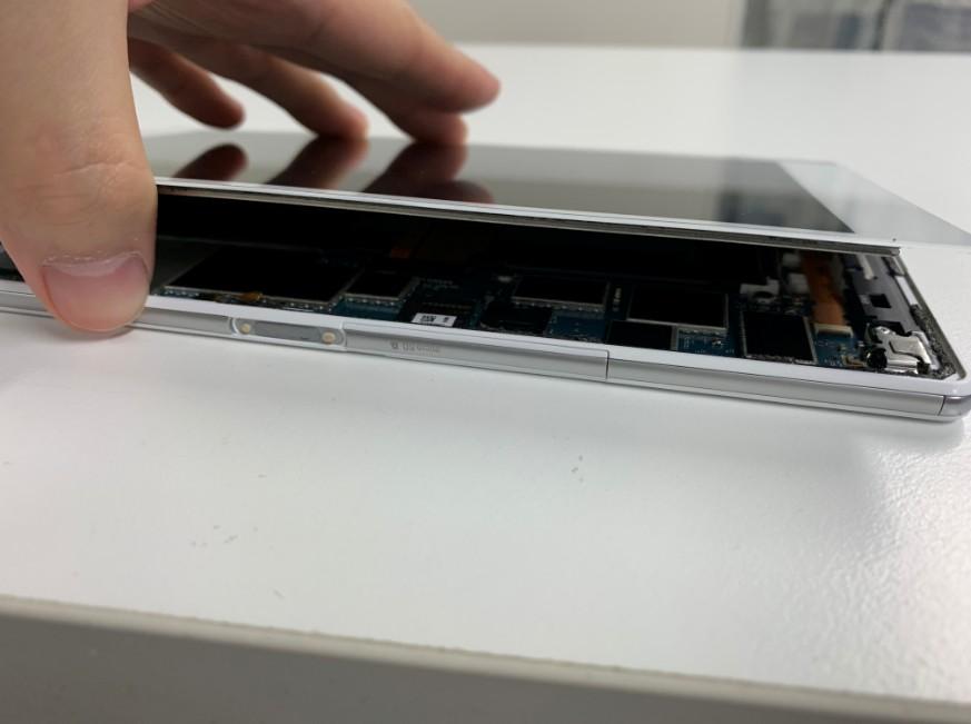 液晶画面を剥がしたXperia Z3 Tablet Compact