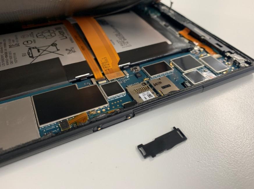 画面のコネクタを固定しているプラスチックパーツを取ったXperia Z3 Tablet