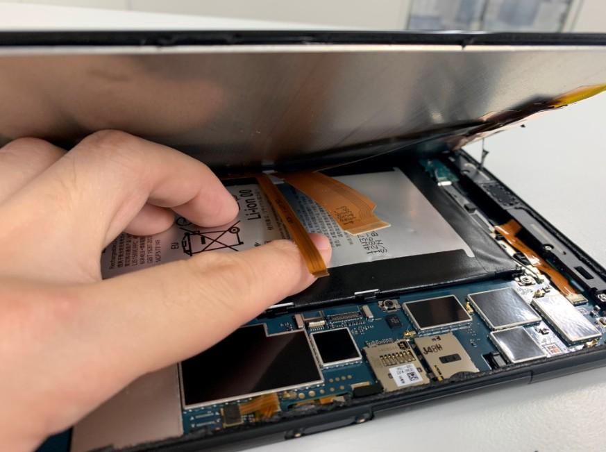 画面とスリープボタンケーブルのコネクタをとったXperia Z3 Tablet