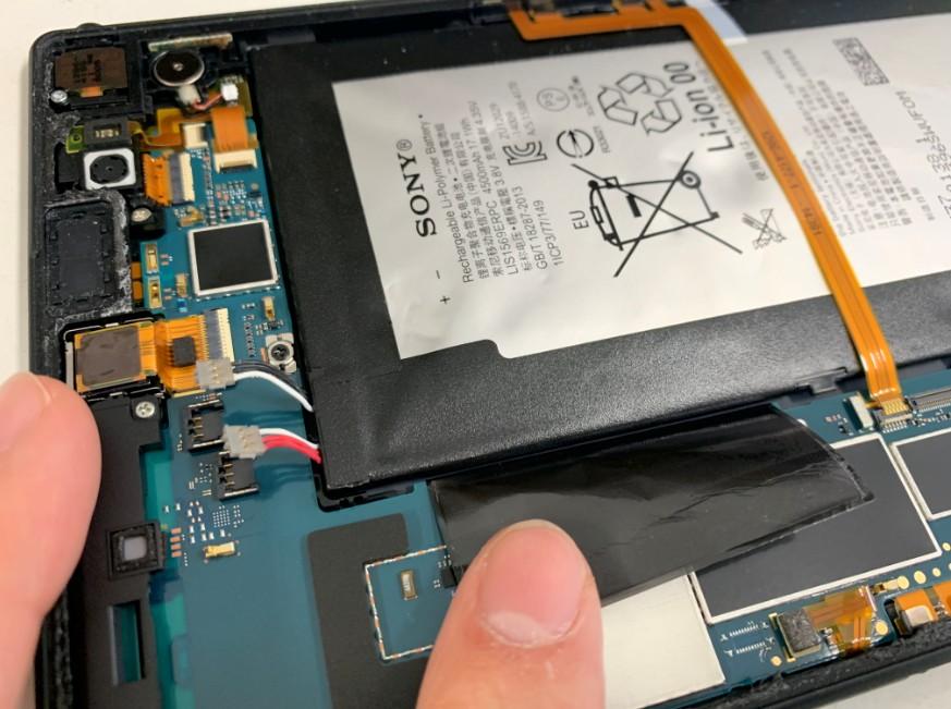バッテリーを本体に固定しているシールとバッテリーコネクタを外したXperia Z3 Tablet