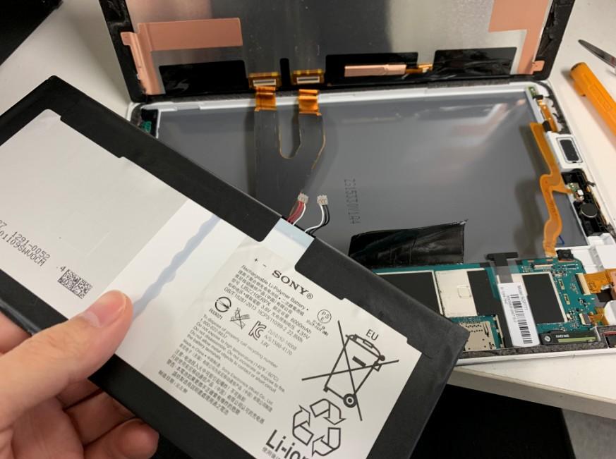 分解して内蔵バッテリーを取り出したXperia Z4 Tablet