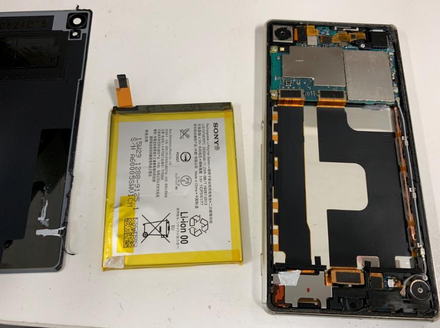 バッテリーを本体から剥がしたXperia Z4(SO-03G)