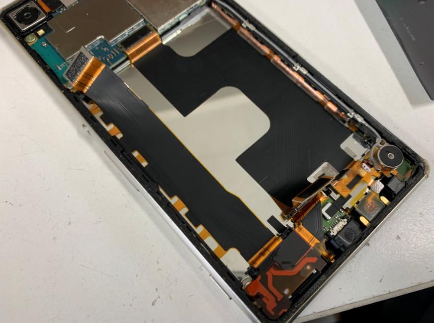 充電口ケーブルを剥がしているXperia Z4(SO-03G)