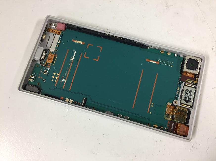 粘着テープを剥がして充電池を取りだしたエクスペリアZ5コンパクト(SO-02H)