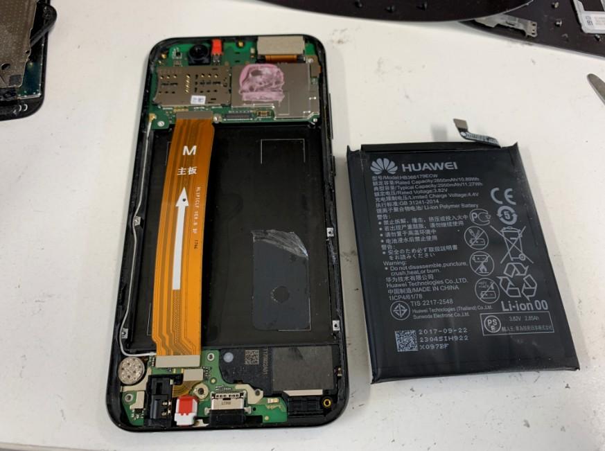 本体からバッテリーを剥がしたHUAWEI nova2