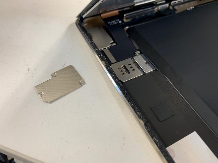 画面を止めている銀板を剥がしたiPad Air2