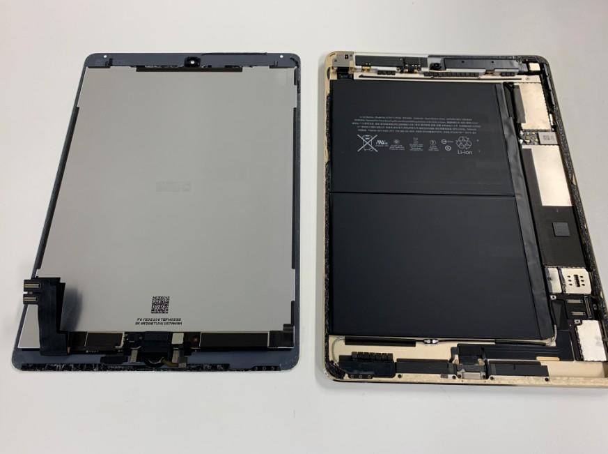 画面を本体から取り出したiPad Air2