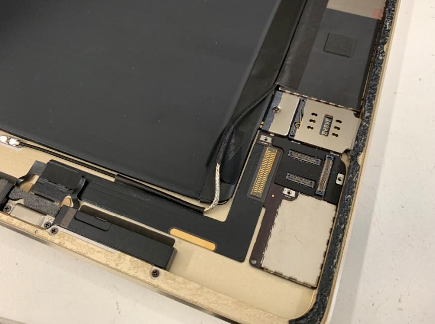 ドックコネクターを覆ったシールを剥がしたiPad Air2