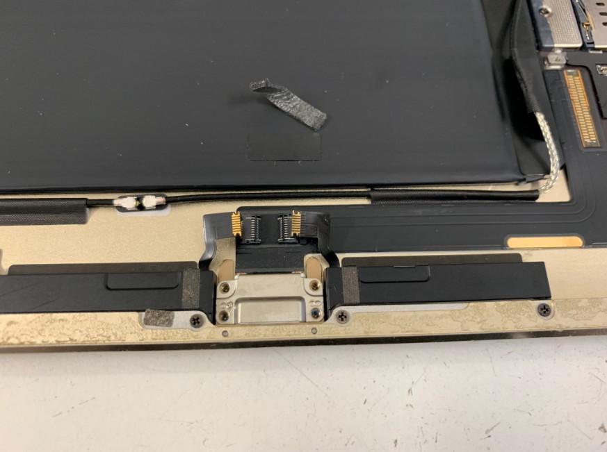 ドックコネクターを固定したネジを外したiPad Air2
