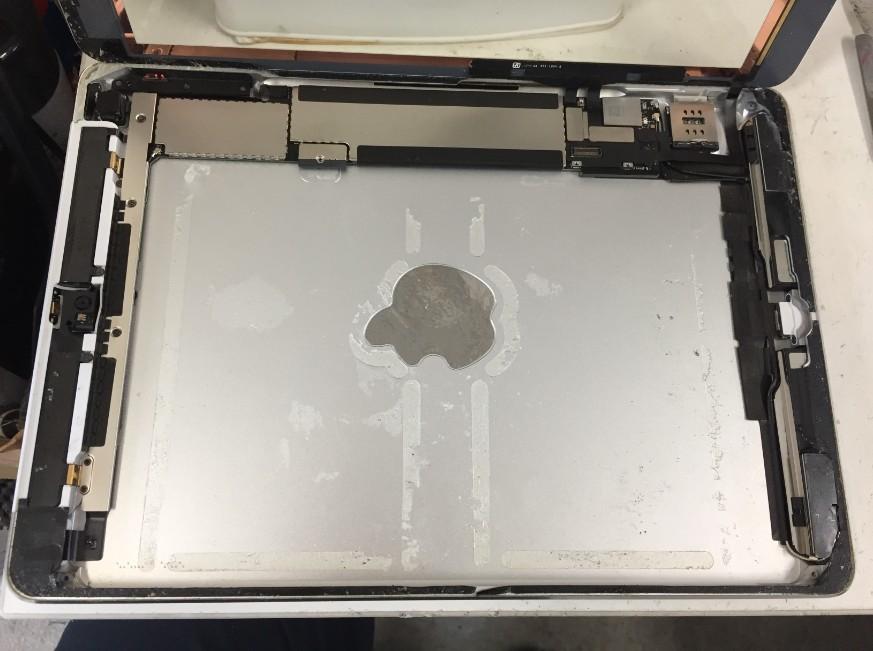 本体内からバッテリーを剥がしたiPad Air