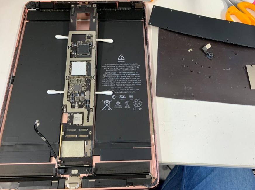 液晶画面をを本体から剥がしたiPad Pro 10.5