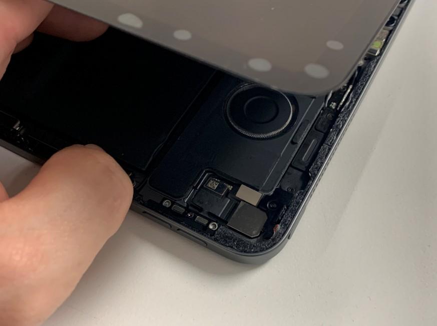 画面を剥がして分解途中のiPad Pro 12.9 第3世代