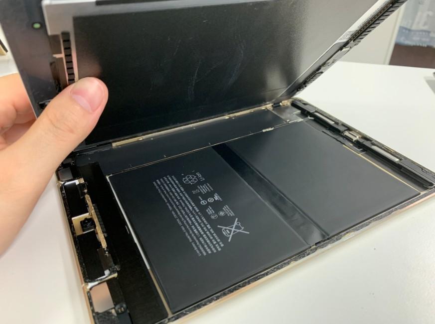 画面を大きく開いて分解したiPad Pro 9.7