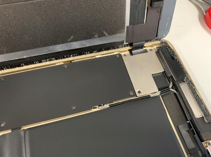 画面を固定しているiPad Pro 9.7の銀のプレート