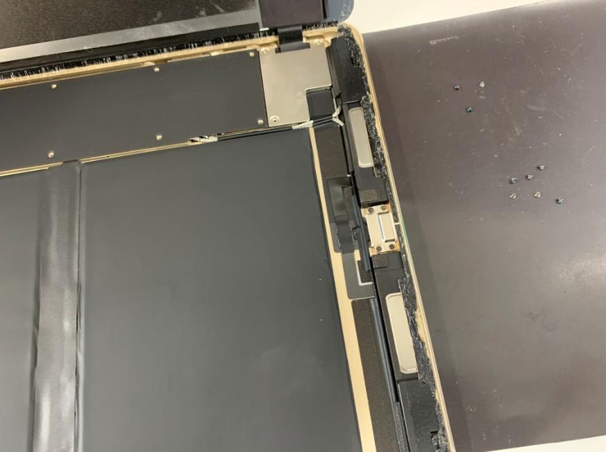 ネジを外したiPad Pro 9.7