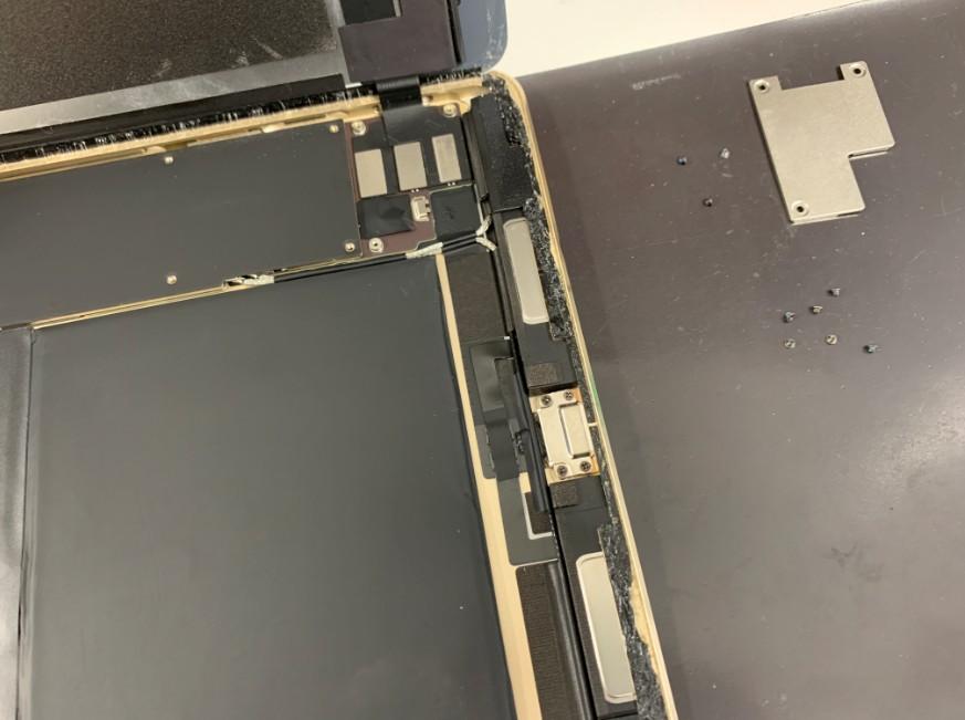 画面を止めている銀のプレートを剥がしたiPad Pro 9.7