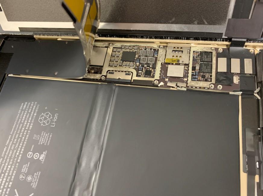 バッテリーコネクターまで黒いプレートを剥がしたiPad Pro 9.7