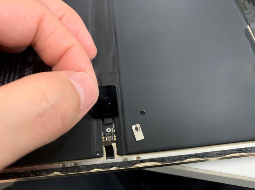 端子を外したiPad Pro 9.7