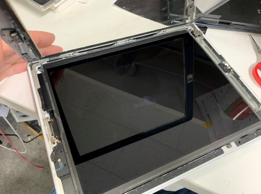 表面ガラスを剥がしたiPad第3世代