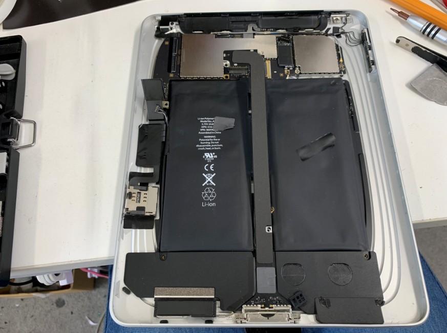 液晶画面を剥がして分解中の初代iPad