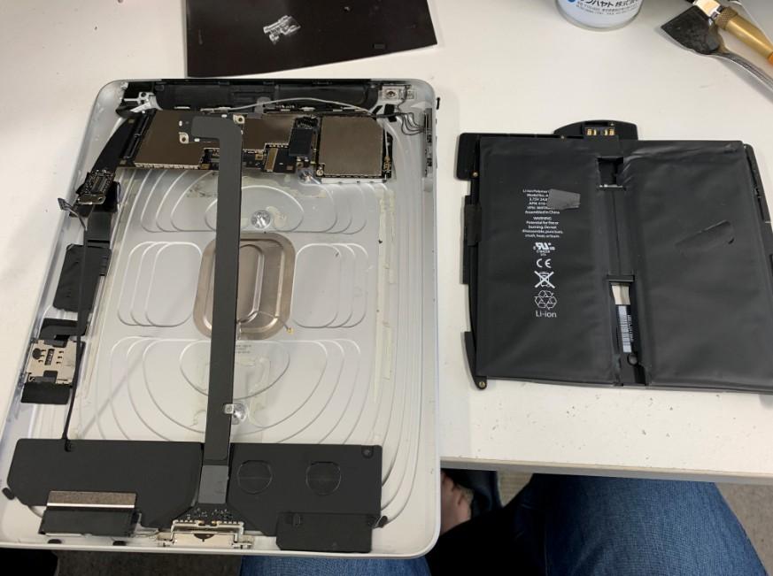 本体からバッテリーを剥がした初代iPad