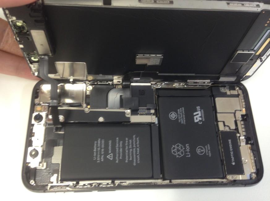 バッテリー交換の為に分解しているiPhone10