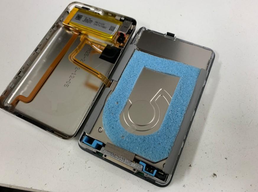 背面パネルを外して開いたiPod classic 160GB