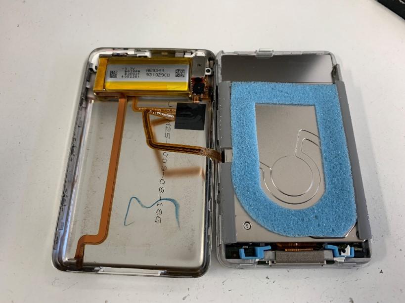 分解してバッテリーを取り出している最中のアイポッドクラシック(160GB)