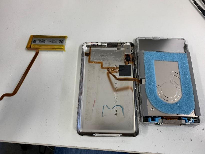 本体からバッテリーを剥がしたアイポッドクラシック(160GB)