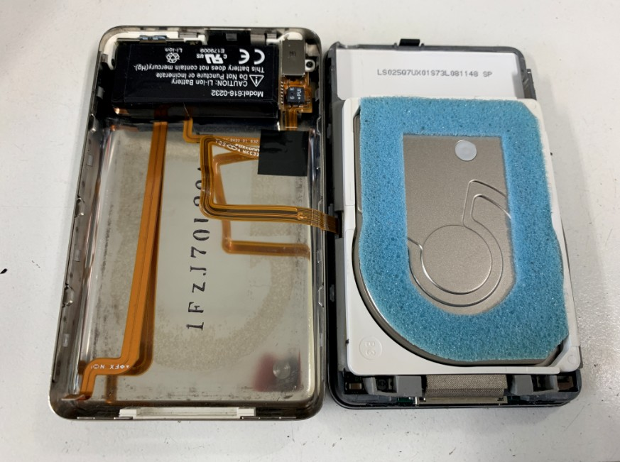 背面パネルを外したiPod classic 第5世代
