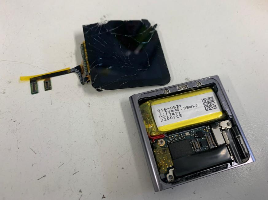 液晶画面を本体から取り出したiPod nano6